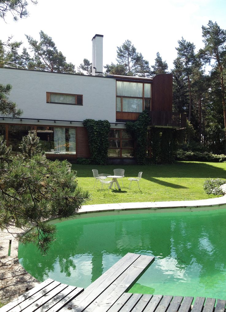 Alvar Aalto en Finlandia. Fachada al patio interior de Villa Mairea y la piscina de formas libres. AD España © Carlos Copertone