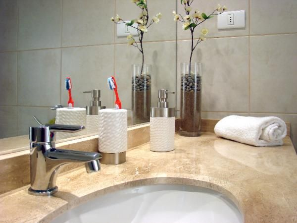 Trucos para limpiar baños. Limpiar el baño resulta siempre una tarea tediosa y que necesita del tiempo suficiente para que todo quede impoluto e higienizado. Y es que es necesario mantener esta estancia en perfectas condiciones...