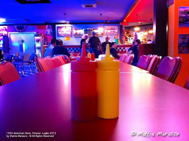 Nel ristorante 1950 American Diner si torna negli anni '50 sotto ogni aspetto, dall'arredamento alla cucina. Un locale originale in cui mangiare hamburger (ottimi) e specialità americane in perfetto stile Happy Days. Fondamentale la prenotazione se volete mangiare!