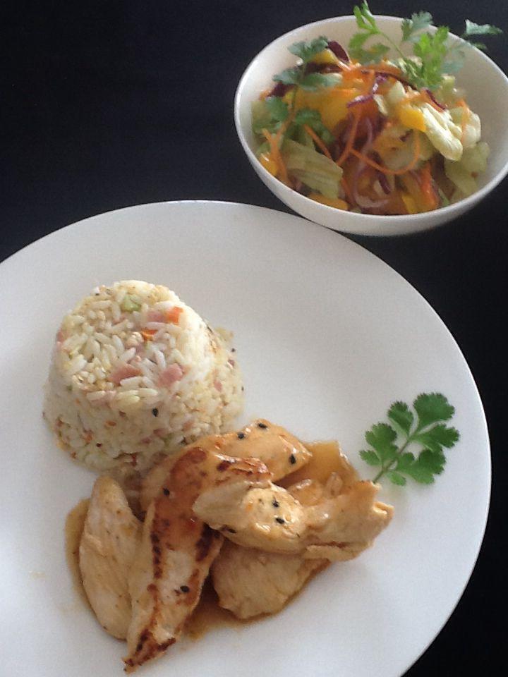 Kip met zachte currysaus, gebakken rijst en mangoslaatje. Voor de rijst nemen we reeds gekookte en afgekoelde rijst. In een pan verwarmen we 1 el olie en bakken daarin 2 sneetjes ham in die erg klein versneden zijn,als dit gebakken is dan voegen we een eitje toe en roeren het eronder,zo krijg je vlokjes ei van voeg je fijngesneden groentjes toe.( in brunoise gesneden wortel,prei,selder),voeg fijngeknepen bouillonblokje voor rijst toe en voeg nu je rijst toe. Blijf opschudden tegen kleven…