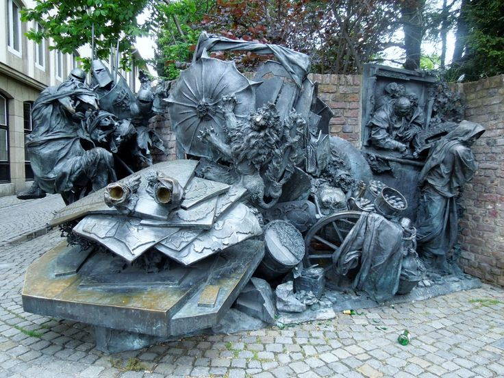 Monument of grant privileges of Düsseldorf -Artist: Bert Gerresheim (1988) Material: Bronze