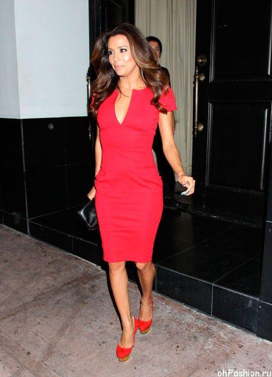 Ким Кардашян в красном платье и красных туфлях на высокой подошве