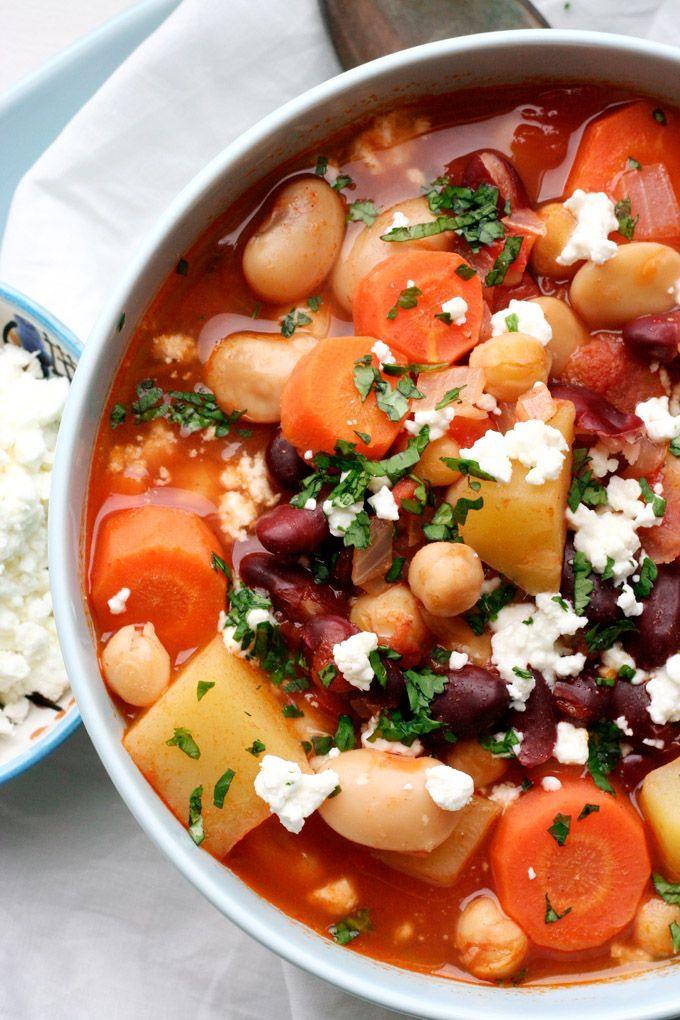 Leichtes Kichererbsen-Bohnen-Stew mit Tomaten und Feta. Einfach, schnell gemacht und bombastisch gut.