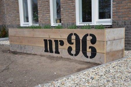 plantenbak met huisnummer. Leuk idee.