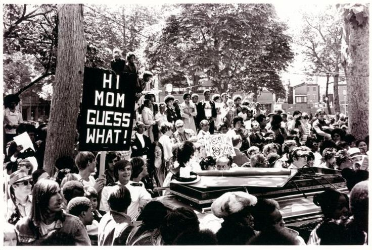 """[Annapolis students with """"Hi Mom Guess What!"""" sign] / Kay Tobin Lahusen (1972)"""