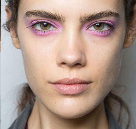 Kleur als inspiratie - Roze is groot vertegenwoordigt in het kleurenpallet van dit seizoen. Van oogschaduw met een zachte roze toon tot aan knallende felroze eyeliners, de kleurcode anno nu is roze.