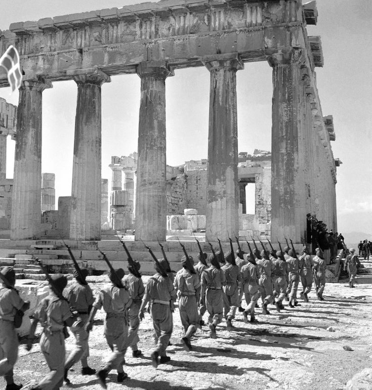 Column British soldiers coming to the Acropolis in Athens liberated.