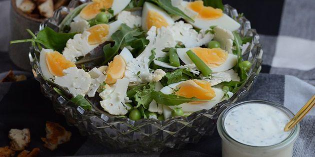 Virkelig skøn salat med æg og blomkål samt friske ærter og en fantastisk dressing med friske krydderurter, der binder det hele perfekt sammen.