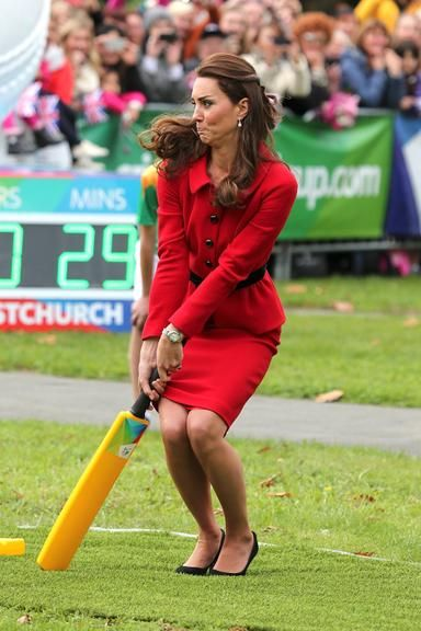 De salto alto, Kate Middleton faz caras e bocas em jogo de críquete