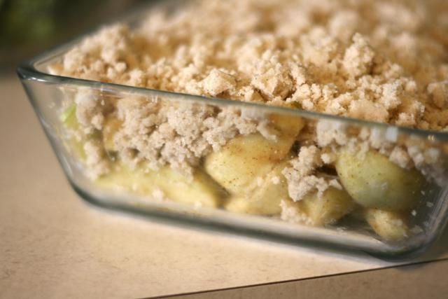 Here is a delicious crisp recipe using tart granny smith apples with sweet cinnamon topping in this low calorie baked apple crisp.