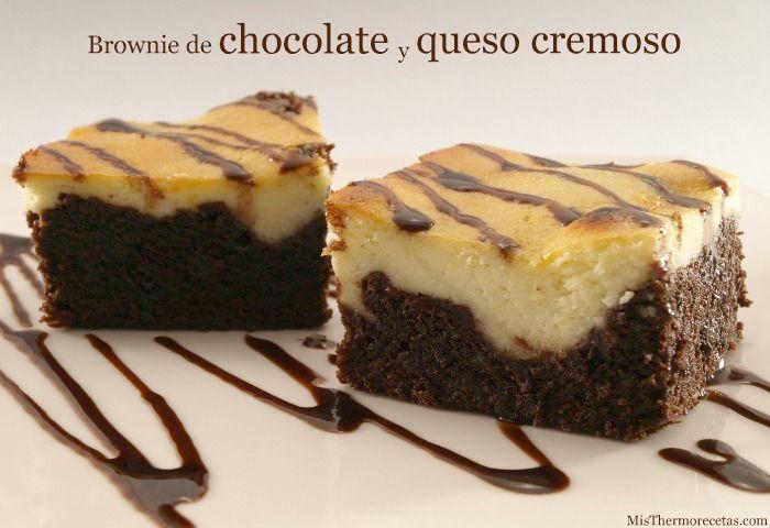Especie de tarta-brownie de chocolate y queso cremoso ----- - 4 huevos, - 280 gr azúcar, - 190 gr mantequilla temperatura amb (blanda) - 120 gr. harina repostería, - 50 gr. cacao puro polvo, - 300 gr. queso cremoso (tipo Philadelphia) - Para decorar sirope choc...