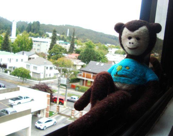 Needle felted Monkey por KarenPazFieltro en Etsy, $15.00