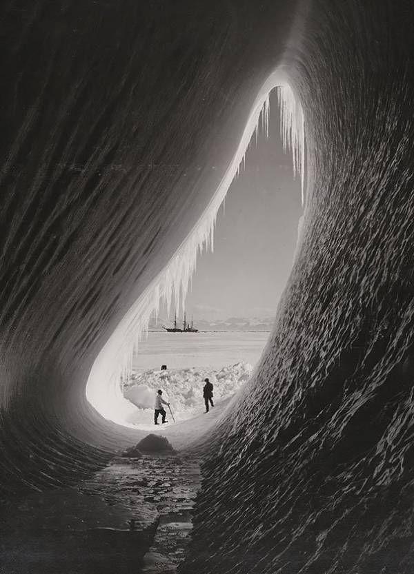 Une grotte s'est formée dans un iceberg Lors de l'expédition en Antarctique en 1911, ce cliché a pu être pris le 5 Janvier ! Magnifique n'est-ce pas ?