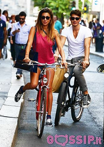 Belen Rodriguez sexy in bici a Milano insieme a Stefano De Martino: le foto - Foto e Gossip by Gossip News