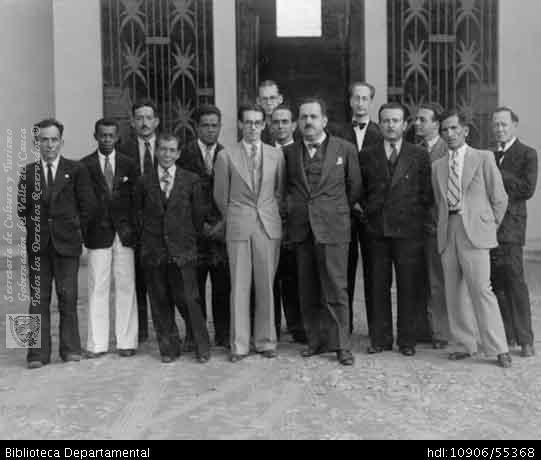 ◦Nicolás Ramos Hidalgo (alcalde de Cali ) con los concejales, en compañía de algunos profesores del Instituto Industrial Antonio José Camacho, en sus instalaciones. Cali, 1938.