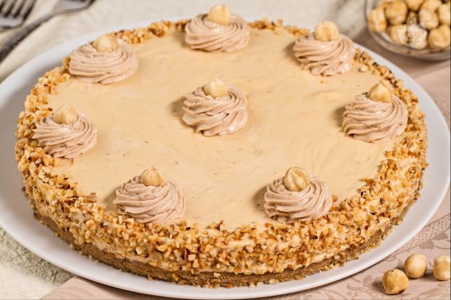 La cheesecake caramello e nocciole è una torta fredda davvero golosa: una crema di philadelphia con caramello e nocciole tritate su base di biscotto!