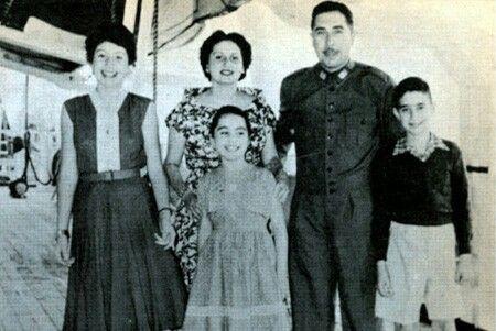 El General Pinochet cuando era mas joven junto a su familia