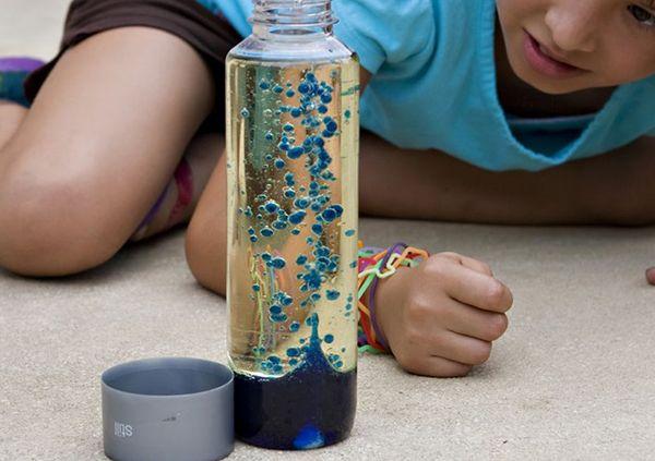 Самодельная лава-лампа. Прозрачную бутылку наполнить растительным маслом примерно на 3/4. Затем долить воды, чтобы сверху осталась пару сантиметров свободного места. Добавить капель десять пищевого красителя. И под конец бросить секретный ингредиент — 1/4 таблетки Алка-Зельтцер. (таблетку лучше разделить на 4 части и кидать кусочки по очереди) Через некоторое время вверх начнут подниматься окрашенные пузырьки)