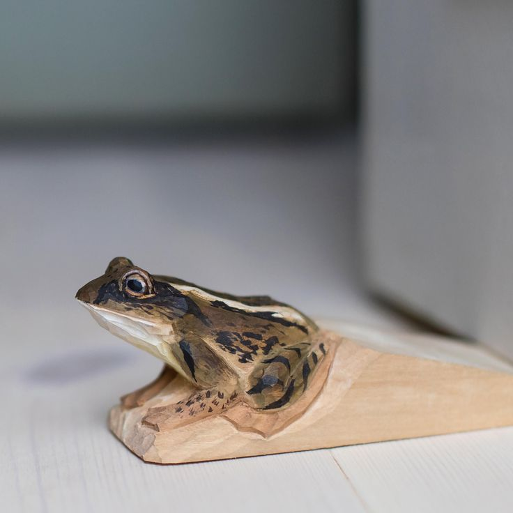 Our spring collection of hand carved doorstops features a moor frog, Rana arvalis. Although generally a reddish, brown colour the males of the species can become blue during the mating season.  #handcarved #doorstop #doorstops #animaldoorstop #carvedfrog #frogcarving #moorfrog #interior Photo: Mette Ottosson