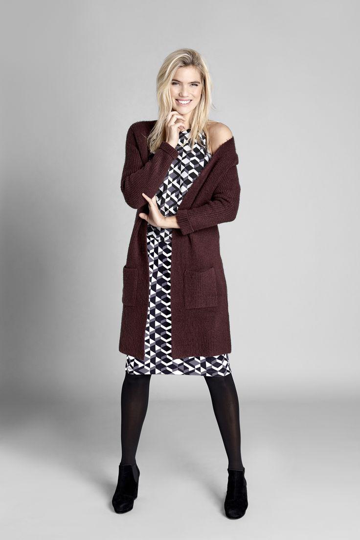 WEEKENDER Klasyczny, długi, wiśniowy sweter, 179 zł + bluzka bez rękawów, we wzory, 99 zł + pasująca do bluzki żakardowa, wąska spódnica, 129 zł.