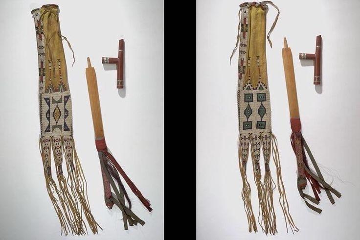 Сумка для трубки, трубка и шток, Равнины. Кожа, бисер, пигмент, сухожилия, дерево, ткань, иглы, волосы, перья, птичья кожа, катлинит, металл. AMNH.