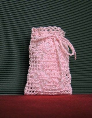 Bomboniera-sacchetto porta confetti all'uncinetto.