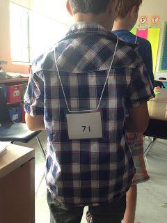 """Welk getal ben ik? Ik maak kettingen met getallen erop van 2 of 3 cijfers. Ik doe met een paar kinderen een spel. Iedereen krijg een ketting om, met het getal op z'n rug. Nu moeten we erachter komen welk getal we hebben. We stellen vragen waarop we """"nee"""" of """"ja"""" als antwoord kunnen krijgen."""