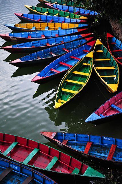 Bateaux colorés sur Phewa Tal à Pokhara, au Népal. Photo de Marc Guitard.