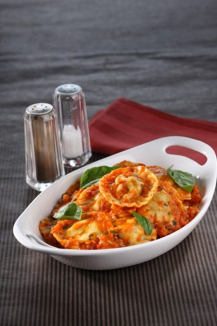 Yuk coba membuat pasta sendiri. Sajian seperti spinach ravioli with tomato basil ini bisa menajdi pilihan yang tepat. Rasanya pun cocok…