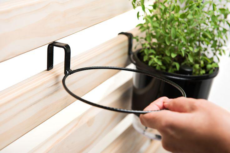 Muita gente nos pergunta como fixar/pendurar os vasos nas treliças de madeira. A resposta pra essa pergunta é essa imagem. Através dos suportes de treliça. Sua fixação é padrão nas treliças de madeira da Raiz e em qualquer tipo de pallet. Seu uso se torna essencial na montagem de uma horta vertical ou jardim vertical. Na nossa loja você já os encontrava nos tamanhos: para vaso pequeno, para vaso médio e para vaso grande. Agora, acabamos de disponibiliza-los também para os vasos mini. Acesse…