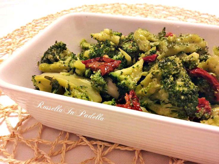 Broccoli ripassati con pomodori secchi e acciughe. Un contorno dal sapore deciso, saporito. Si accompagnano deliziosamente con il pane. Da provare