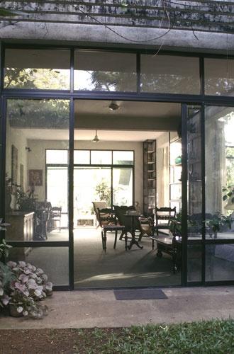 Stunning texture comparison - steel/aluminium frames against stone