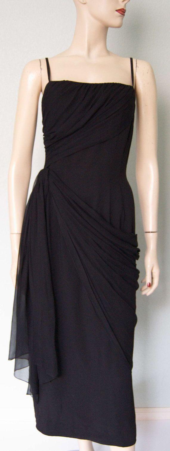 « Vêtements pour vous, dessiné par Madeline Fauth » étiquette classique sablier/crayon style long maigre crêpe noir robe de cocktail avec beaucoup de détail drapé-y et plis:---la robe est faite de crêpe noir rayonne dencre, style crayon muni de sablier, long et maigre avec mousseline de soie bretelles lanières---noir est attaché avec élégance à travers le corsage supérieur intérieur et couture de côté du corsage, ruché et drapée sur le buste en plis élégants de forme-ajustage de…