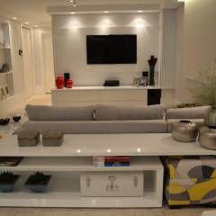 Apartamento para um jovem casal em tons de cinza: Salas multimídia Minimalista por Helô Marques Associados