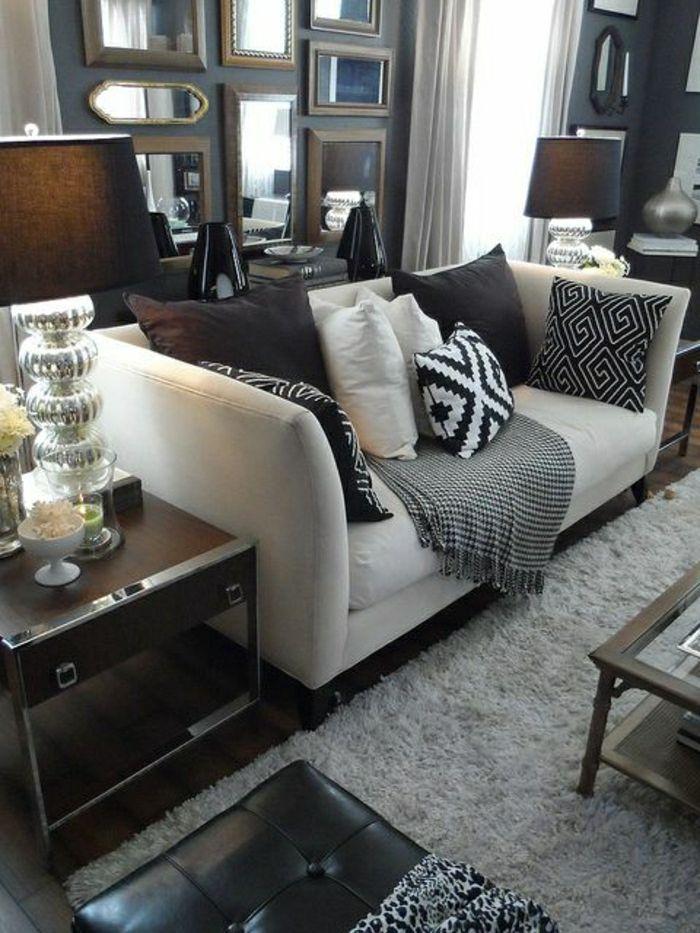 salon cocooning, tapis beige, canapé beige avec coussins colorés, lampe noire,salon plein de lumière