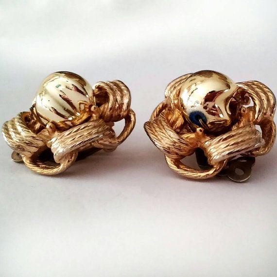 Favolosi Schiaparelli orecchini antichi vintage color oro in ottimo stato  Design e ricercatezza