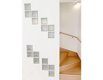 2階へと続く階段の壁にはガラスブロックが埋め込まれ、小さなスペースからこぼれる光で階段を明るくしてくれるのはもちろん、暗くなってしまう階段下収納も明るくしてくれます。見た目もおしゃれで、実用性のあるデザインになっています。