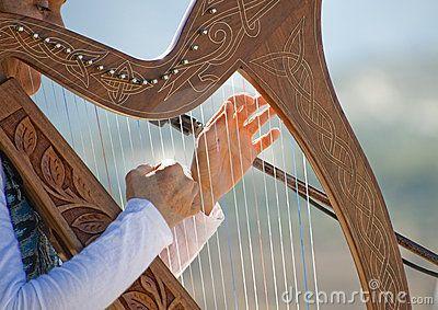 homem tocando harpa - Pesquisa Google