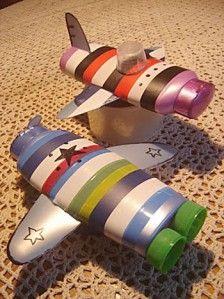 Een vliegtuig (roze) en raket (blouw - groen) gemaakt uit een (lege) fles shampoo. -CE-