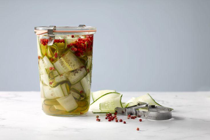 Komkommer kan je perfect pekelen, zodat je het lekker lang kan bewaren. Met dit eenvoudige recept met roze peper heb je maar weinig werk.