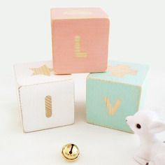 Jolis cubes de bois personnalisés. 4 lettres