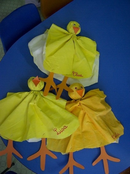 Poussins faits avec papier de soie ou tissu jaune