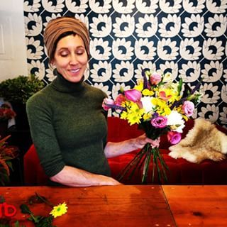 Showing Amy Earl a spiral bouquet technique in the Full Bloom Flower studio