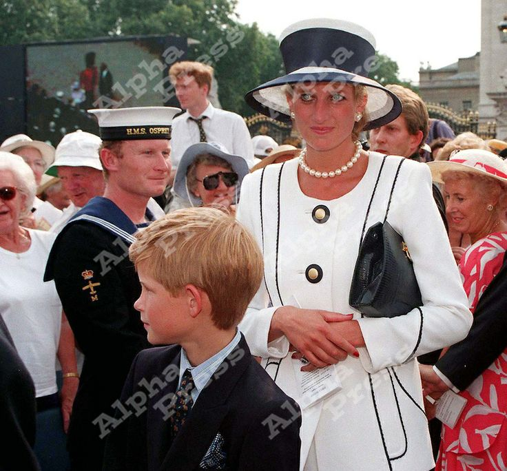 19/8/95. BUCKINHAM PALACE, LONDON.PRINCESS DIANA & PRINCE HENRY AT THE V.J DAY 50TH ANNIVERSARY
