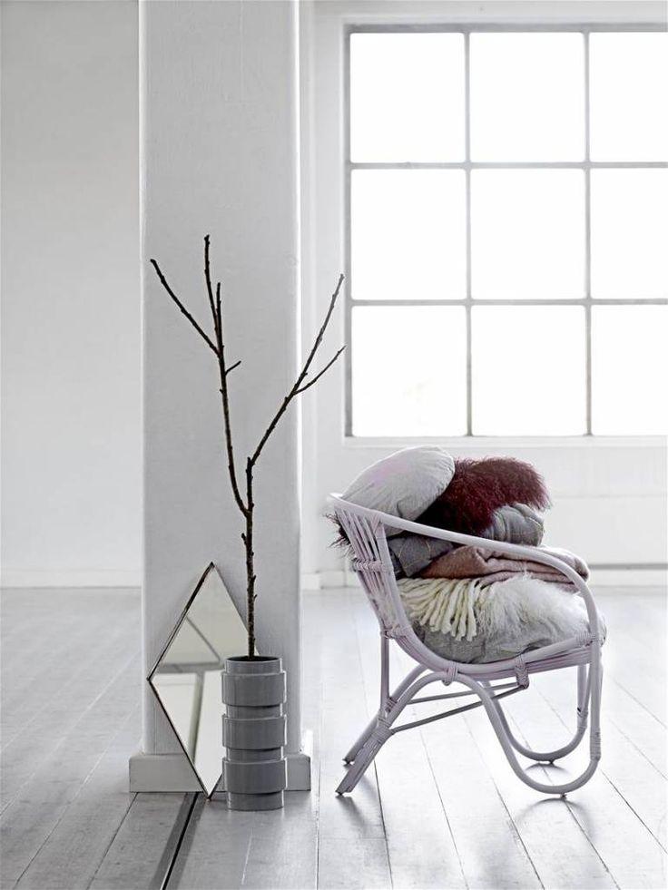 Bloomingville rotan stoel roze  Rotan is weer helemaal in!  Deze stoel heeft een mooie lichtroze 'blush' kleur en een leuke ronde vormgeving.  De stoel is mooi voor in de woonkamer maar kan ook prima worden gebruikt in een kinderkamer.  materiaal: rotan (bamboe) kleur: blush roze afmeting: 80 cm. hoog, 68 cm. zithoogte en 74 cm. breed