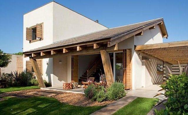 A madeira deixou a fachada muito charmosa e a garagem foi muitíssimo bem bolada!