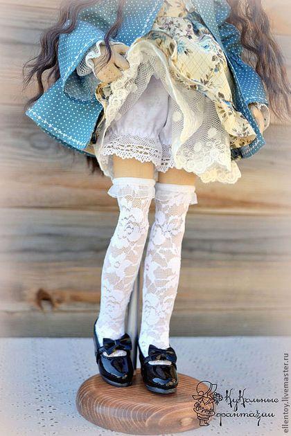 Купить или заказать Асенька, текстильная кукла в интернет-магазине на Ярмарке Мастеров. Текстильная коллекционная кукла Асенька. Её образ навеян чудесными весенними праздниками - Вербным Воскресением и Пасхой. Кукла с шарнирными ножками, в руках проволочный каркас. Она может сама сидеть, стоит на подставке либо с опорой. Одежда снимается за исключением платья в цветочек. Волосы из искусственных трессов, можно аккуратно расчесывать и укладывать в прически. ПРОДАНА.…