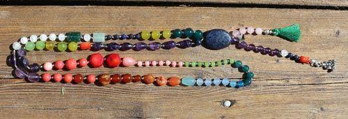 Her er vist et eksempler på en lang kæde hvor der er brugt lykkesten fra vægtens stjernetegn.  Den store sten i midten er en lapis lazuli som er vægtens fødselssten. I denne kæde er der brugt mange forskellige lykkesten, som er blandet lidt tilfældigt. Du kan også vælge kun at bruge en af stenene, eller blot 2 eller 3 forskellige stene. Smyks har et stort udvalg af sten at vælge imellem, så du kan designe din kæde på et utal af måder. Du kan på samme måde lave et armbånd eller et par…