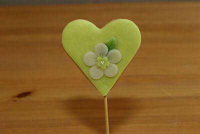 Cookie pop heart with a pretty flower!  Jättefin cookie pop med en söt blomma på!