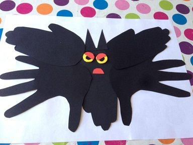 faire une chauve-souris avec des empreintes de mains pour #halloween #caboucadin